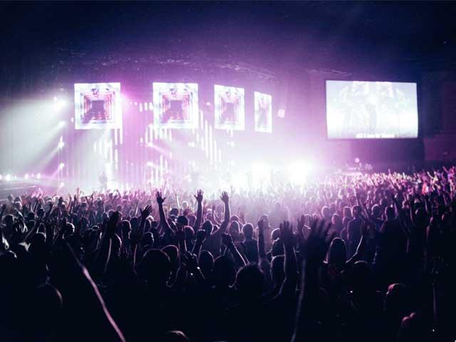 Publikum på EDM-konsert